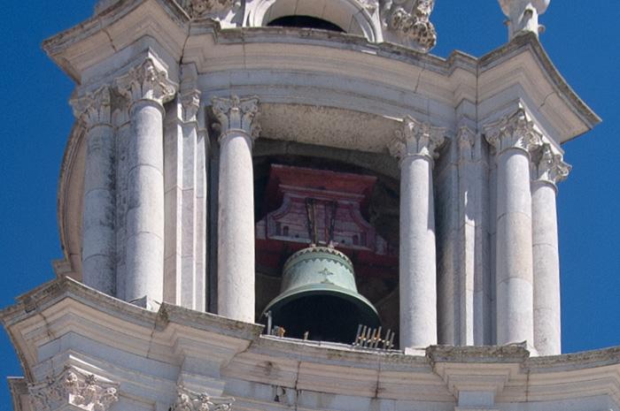 Колокол северной башни дворца-монастыря в Мафре
