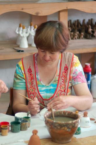 На мастер-классе по росписи каргопольской игрушки
