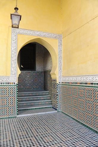 Мекнес. Небольшой коридор в мавзолее.