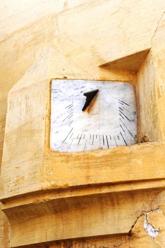 Мекнес. Солнечные часы в стене
