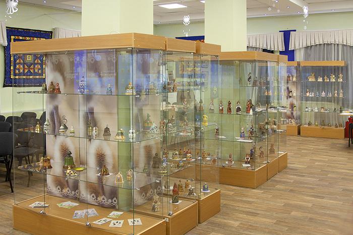 Выставочный зал с витринами