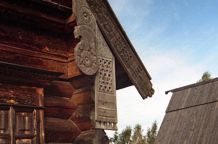Солярные знаки на доме в музее деревянного зодчества в Суздале